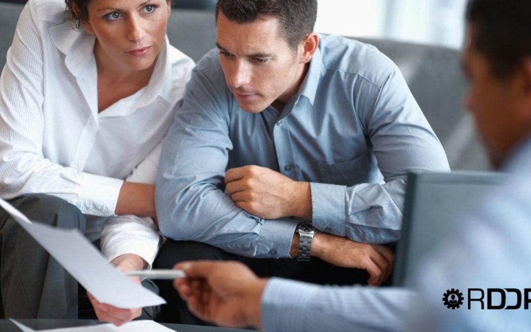 ¿Con que periodicidad se relacionan las empresas con su asesor? ¿Cómo se comunican asesor y empresa?